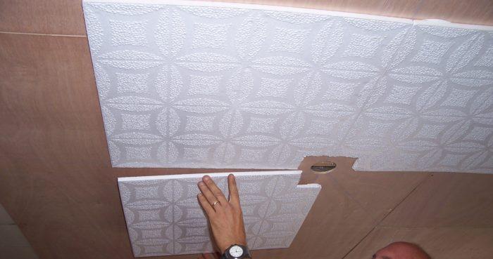 Поклейка потолочной плитки из пенопласта