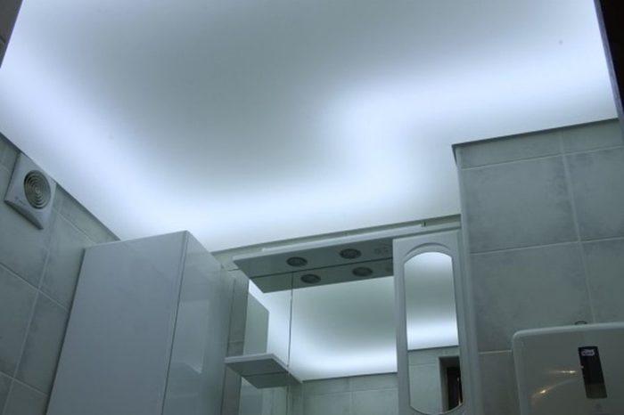 Полупрозрачный потолок создает эффект матового стекла