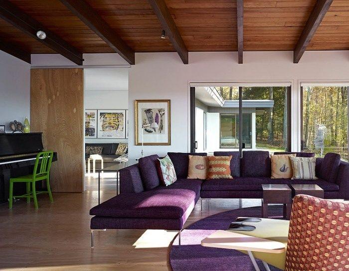 Поперечные деревянные балки на потолке визуально расширят помещение и сделают его более интересным