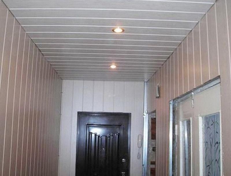 Потолок из ПВХ панелей в прихожей