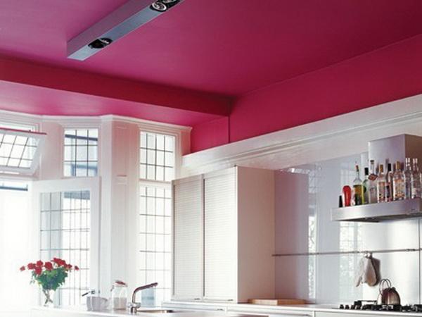 Потолок окрашенный темно-розовой краской. Кухня
