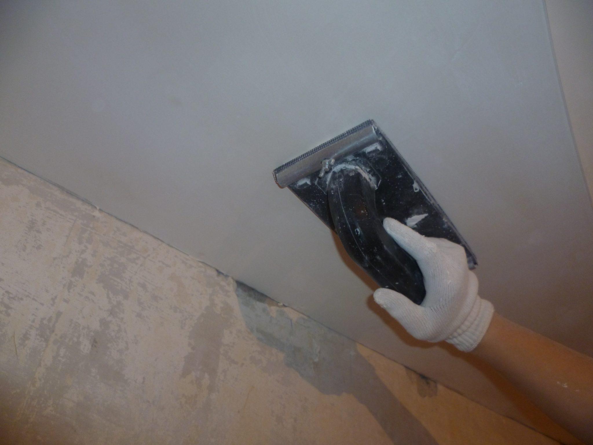 Потолок под покраску нужно обязательно затереть