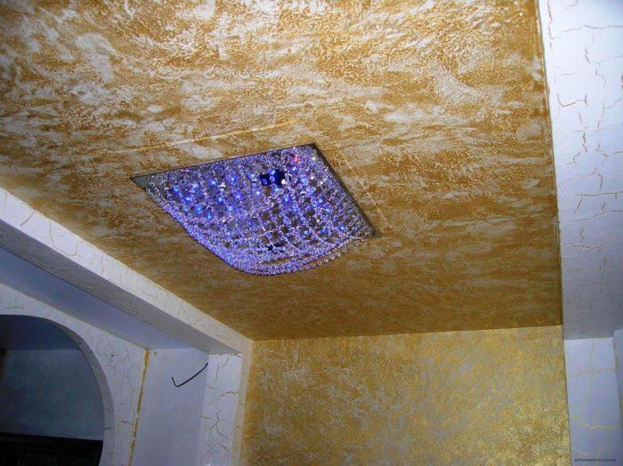 Правильно подобранная декоративная штукатурка на потолке поможет придать интерьеру помещения неповторимый стиль и изящество