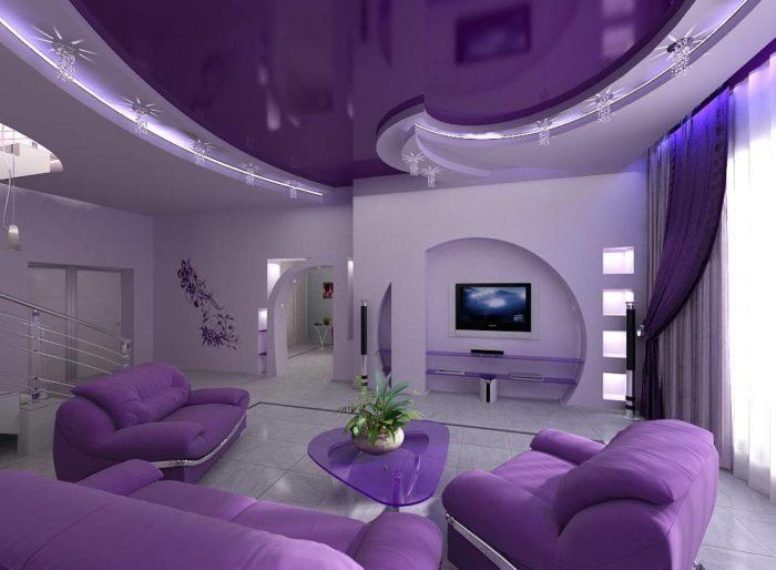 Правильно подобранный цвет потолочного покрытия в интерьере способен создать необходимую атмосферу помещению