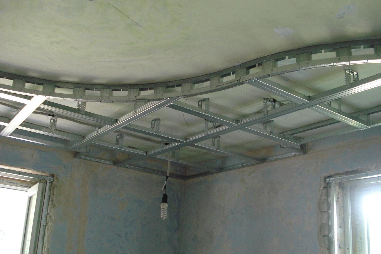 При монтаже подобной конструкции вам не обязательно обшивать гипсокартоном первый уровень потолка полностью