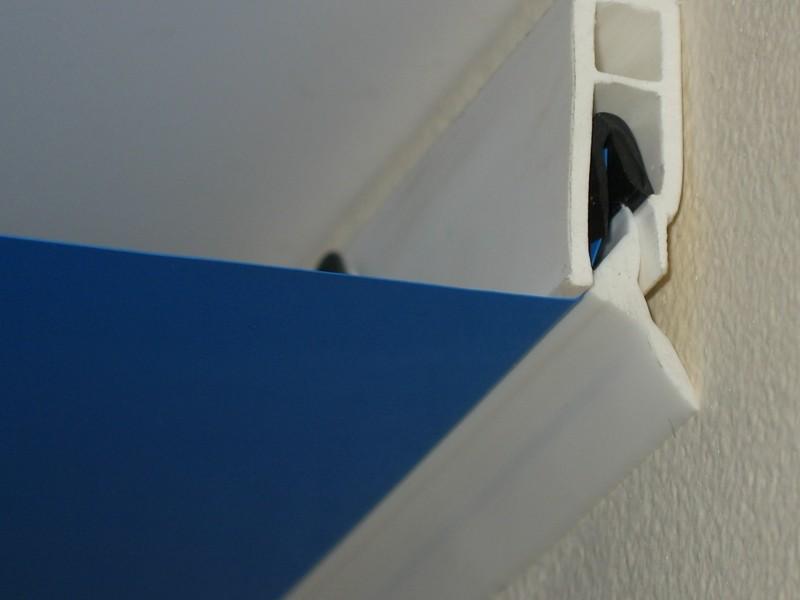 Пример гарпунного крепления натяжного потолка