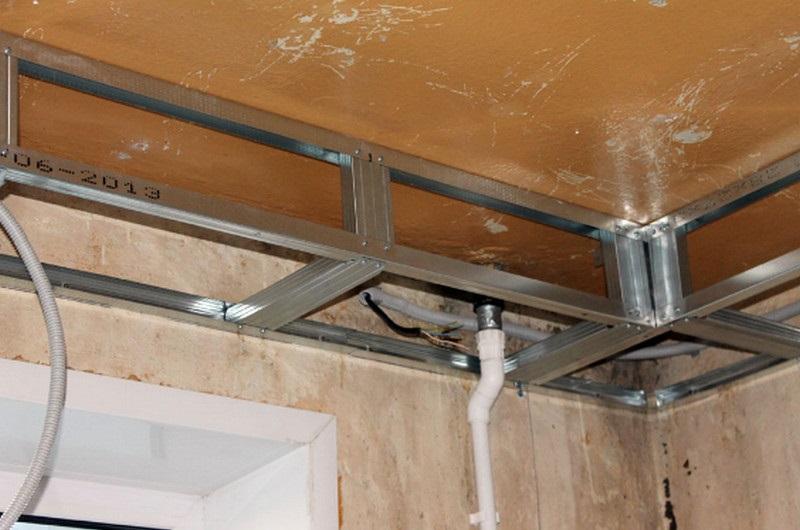 Пример монтажа проводки в каркасе многоуровневого потолка из гипсокартона