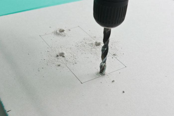 Просверливание отверстий в листе гипсокартона