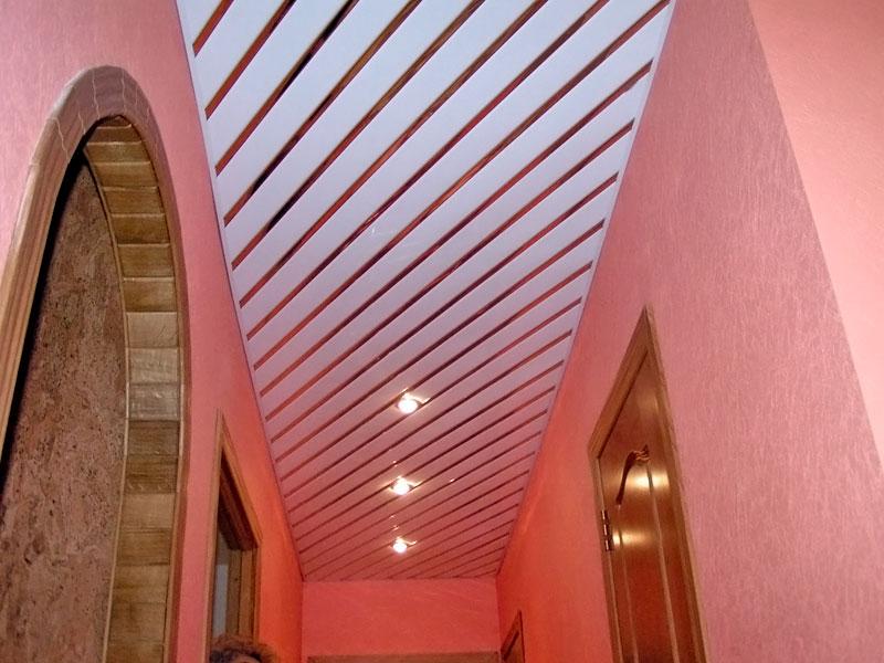 Реечный потолок в прихожей