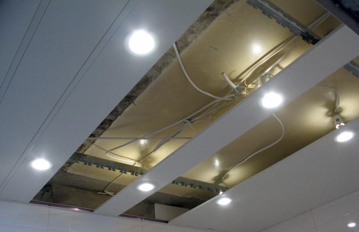 Рейки со светильниками установлены