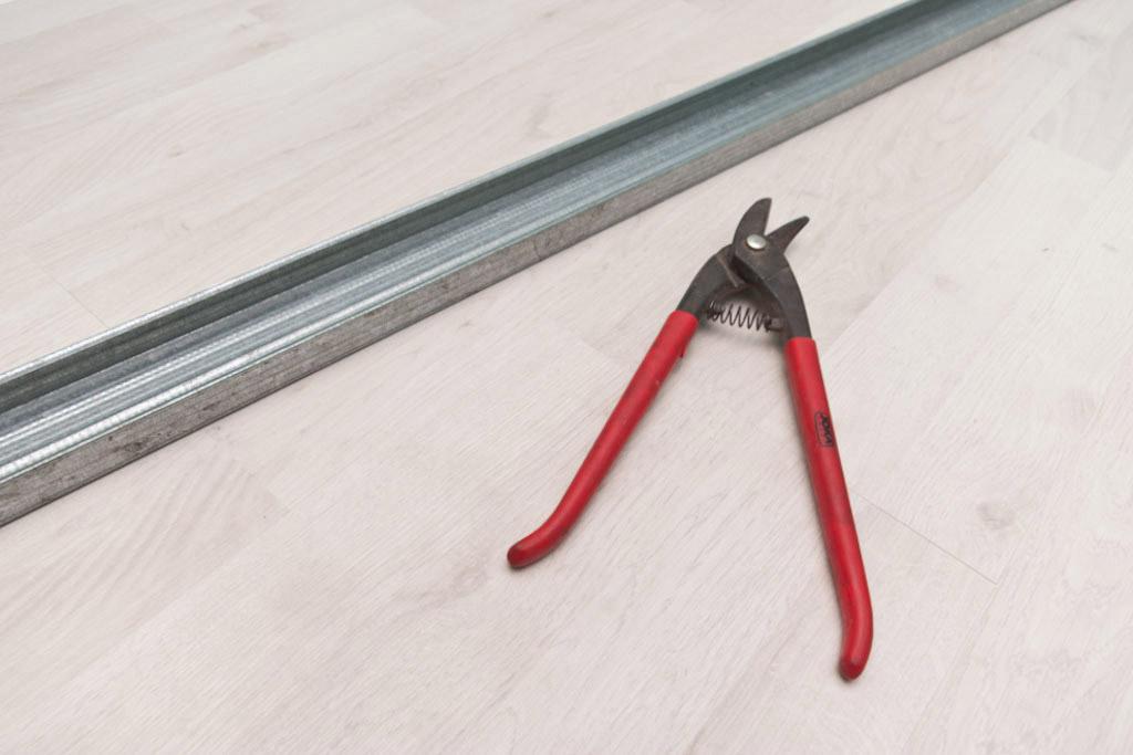 Резка профиля с помощью ножниц по металлу
