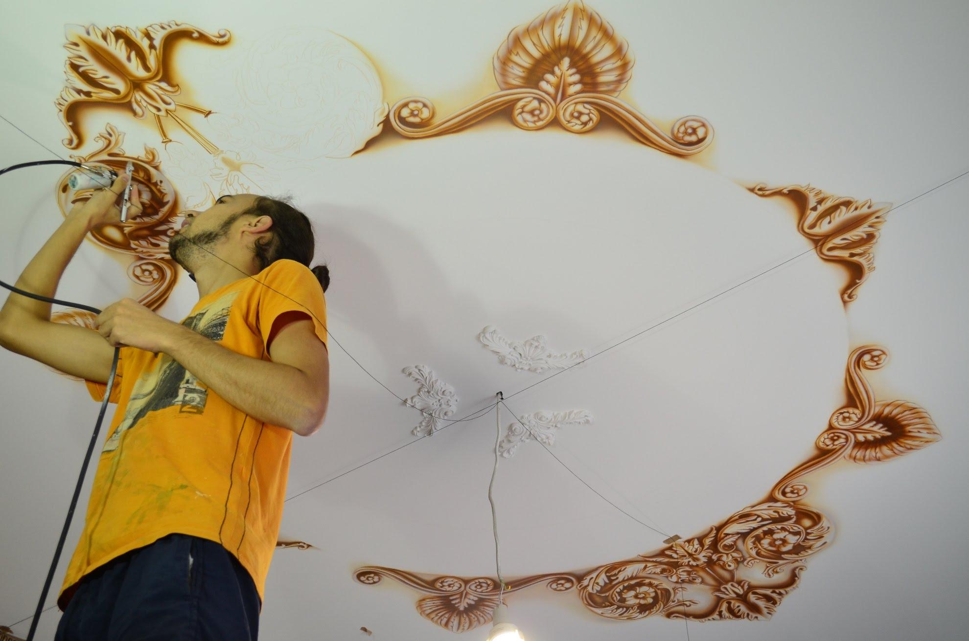Роспись потолка с помощью аэрографа
