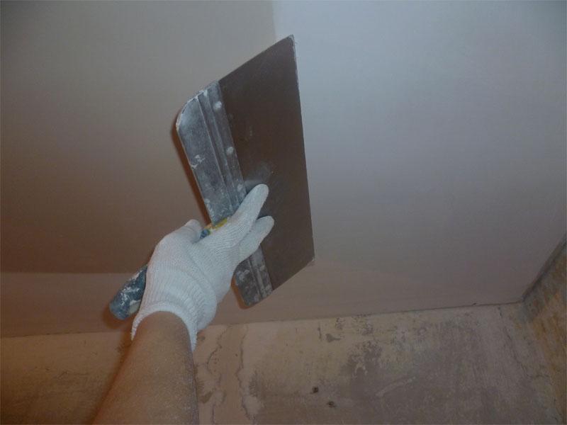 Шпаклевка потолка с помощью широкого шпателя