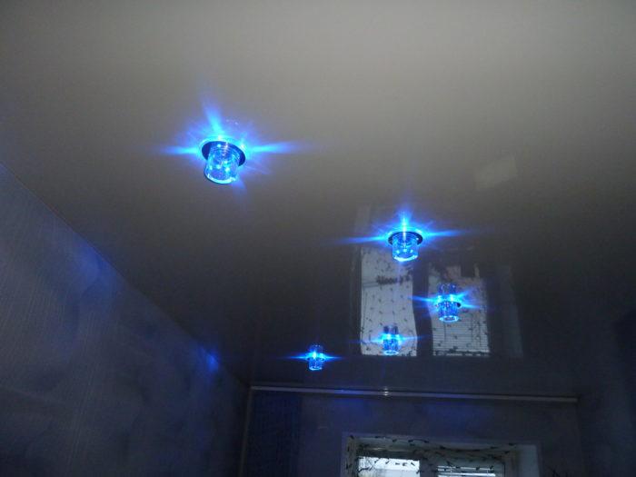 Синие светильники на натяжном потолке