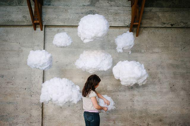 Созданные своими руками облака можно подвесить к потолку при помощи ниток или веревок