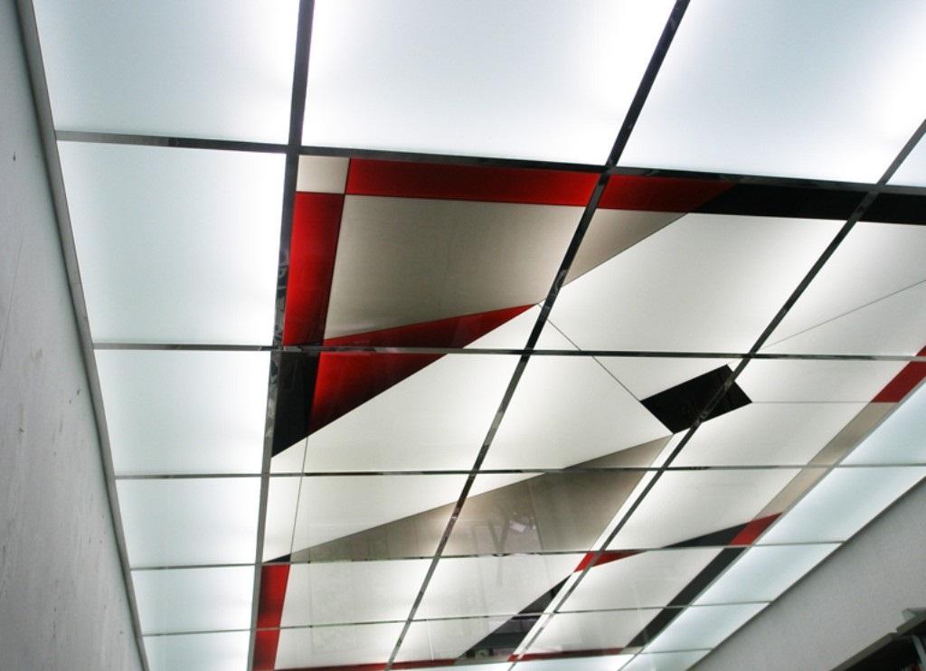 Стеклянный потолок с декоративными вставками