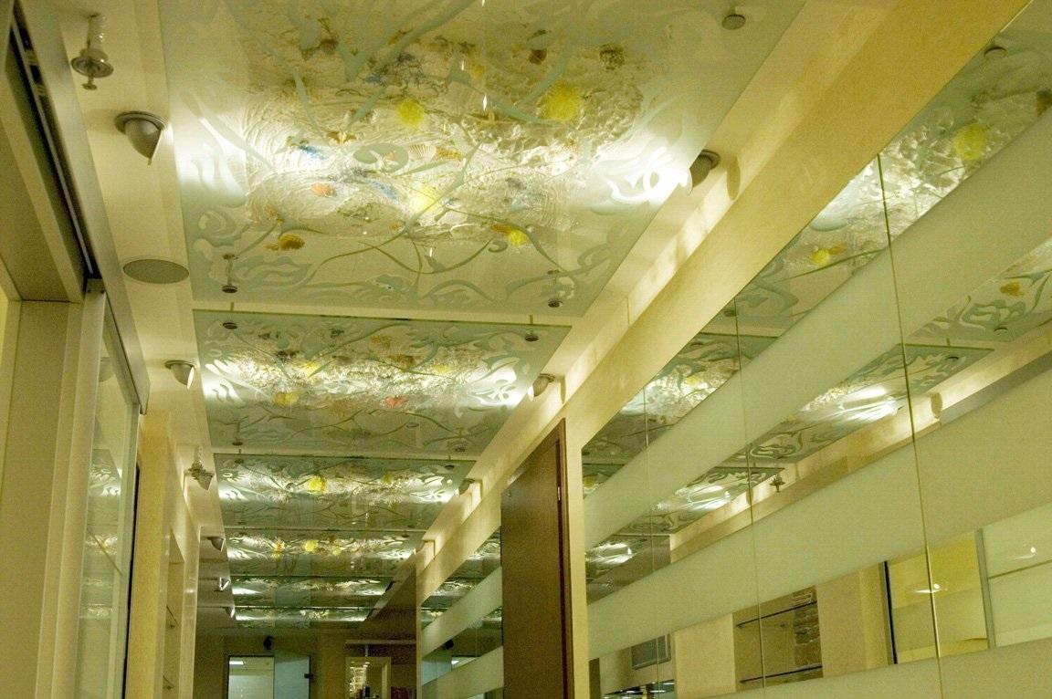 Стеклянный потолок с нанесением рисунка способом матирования