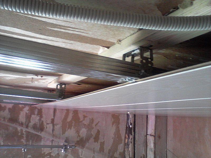 Стык панелей производится в центре комнаты с использованием пластикового Н-профиля 8мм (толщина панели МДФ составляет 7мм)