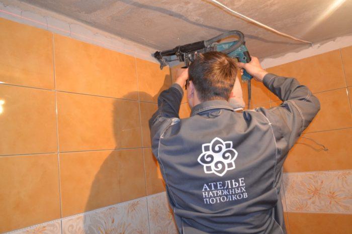 Сверлят стены перфоратором со встроенным пылесосом