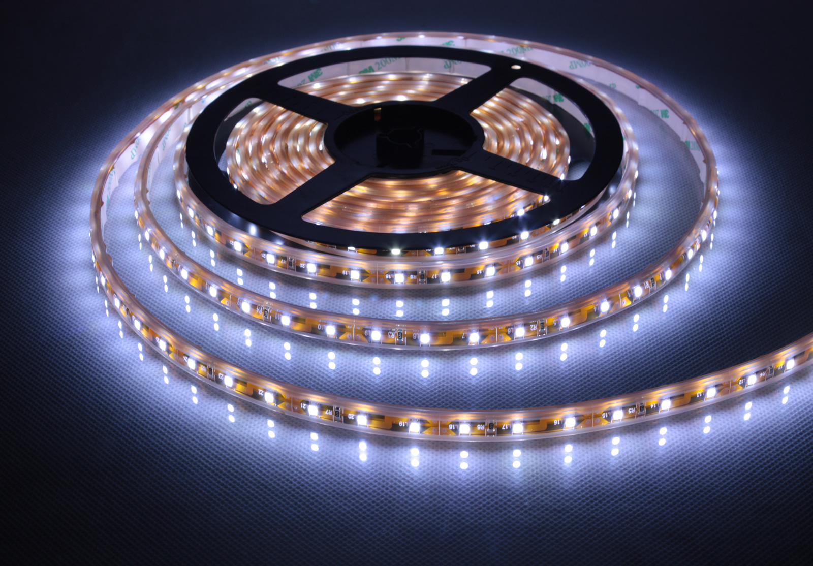 Светодиодная лента под натяжным потолком — широкие возможности