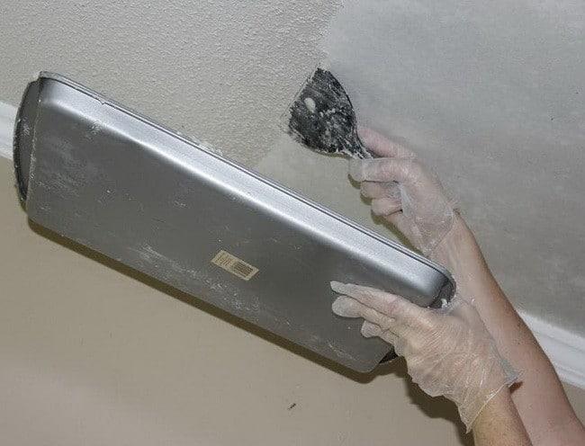 Удаление краски с потолка механическим методом
