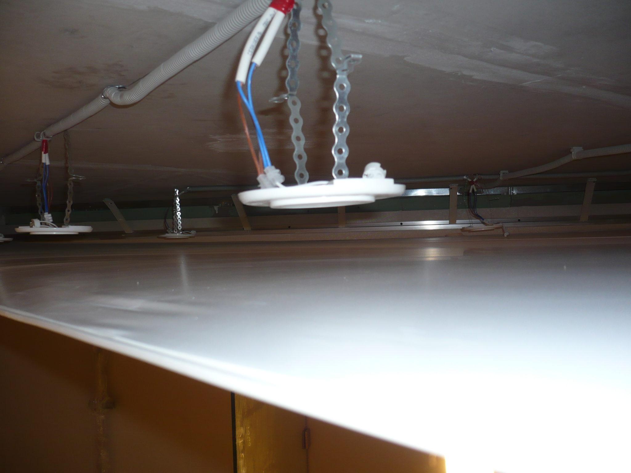 Установка электроосветительных приборов в натяжной потолок