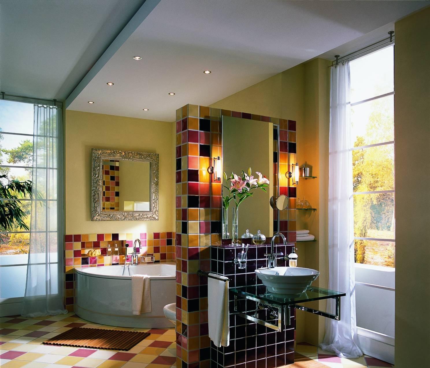 В этом примере гипсокартонная конструкция выступает как инструмент зонирования просторного помещения ванной комнаты