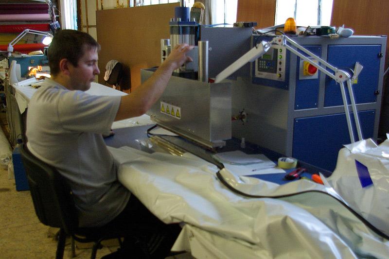 Выполнение сварки натяжного полотна в производственном цеху