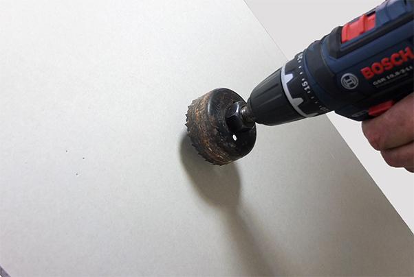 Вырезание отверстия в гипсокартоне с помощью кольцевой пилы