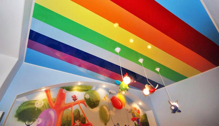 Яркий разноцветный натяжной потолок
