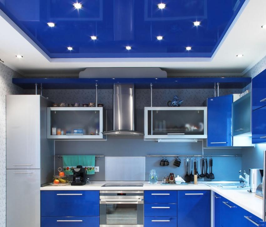 Ярко-синий натяжной потолок с вмонтированными точечными светильниками