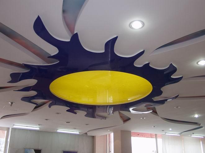 Яркое и необычное сочетание цветов и фактур в оформлении натяжного потолка