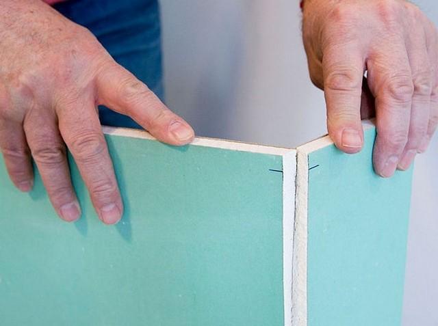 Затем нужно аккуратно сложить лист по этой линии, после чего гипсокартон будет держаться только на тонком слое бумаги, который можно разрезать тем же строительным ножом