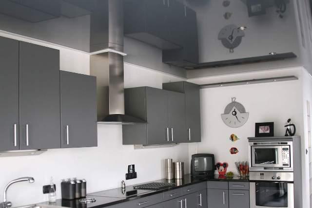 Зеркальный потолок на кухне