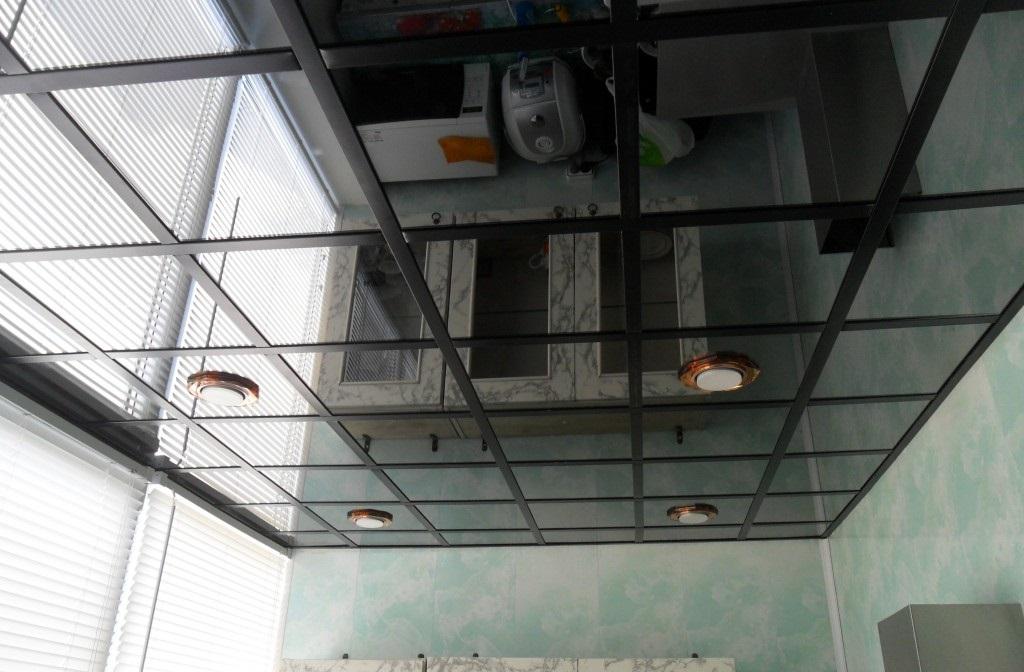 Зеркальный потолок с черными вставками и светильниками
