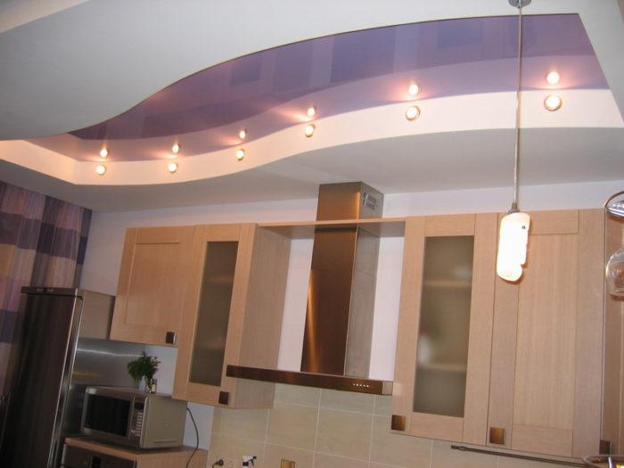 Зонирование можно сделать с помощью рельефного гипсокартонного потолка