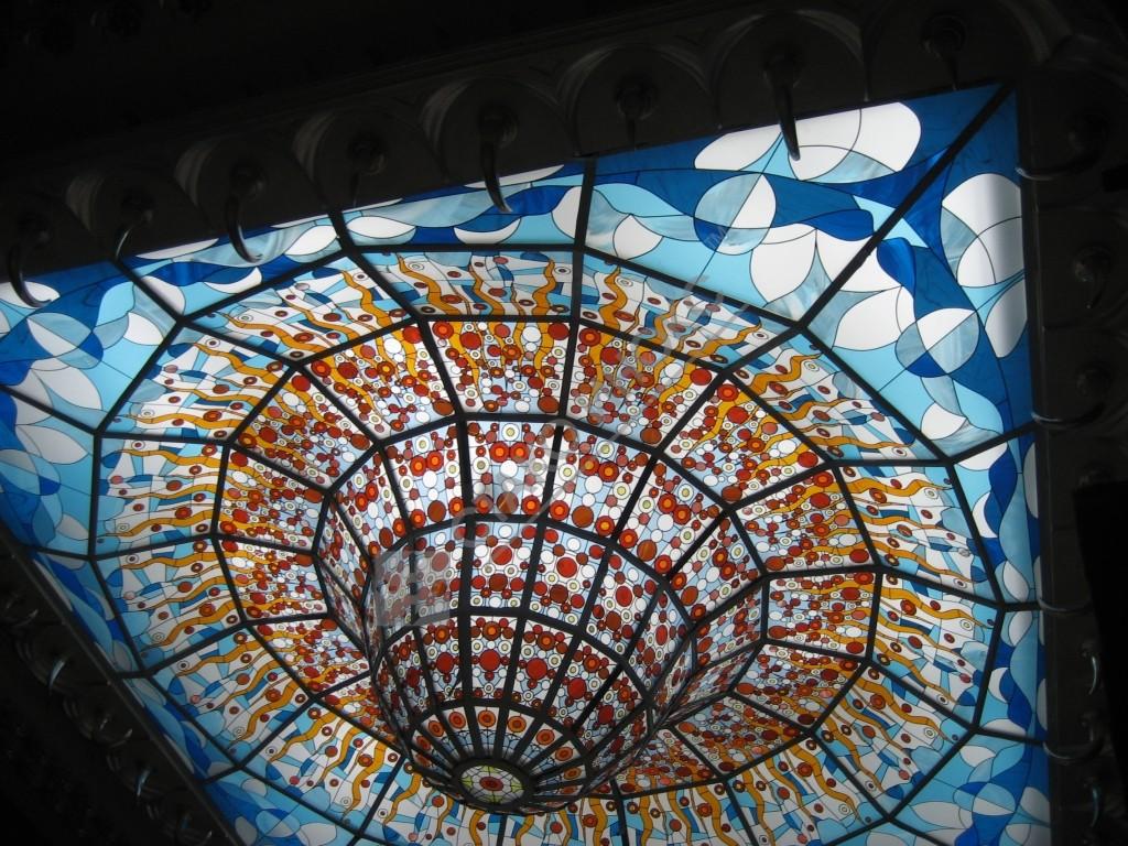 Декоративный купол (люстра), изготовленный из нержавеющей шлифованной стали. В качестве заполнения световых проёмов применяется витражные стекла.