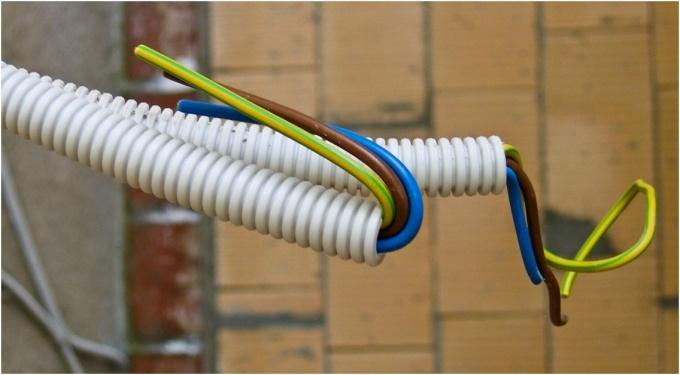После прокладки всех проводов монтируется подвесной потолок. Далее аккуратно вырезаются в нем отверстия, соответствующие диаметру светильников и аккуратно выводятся провода, которые подключаются на клеммы светильника