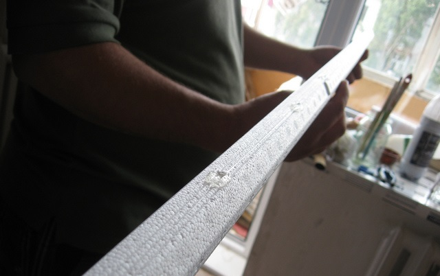 Нанесение жидких гвоздей на потолочный плинтус
