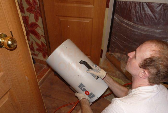 Воздух в помещении нагревается тепловой пушкой до 50-70 °С