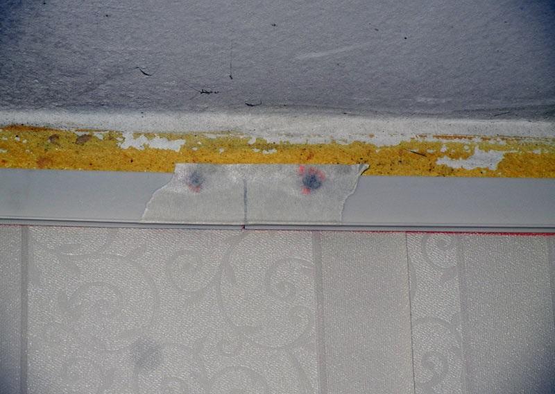 Стыки профиля заклеиваем скотчем, чтобы его острые края не повредили полотно натяжного потолока
