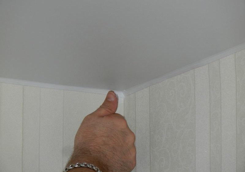 Стыки галтели замазываем акриловым герметиком