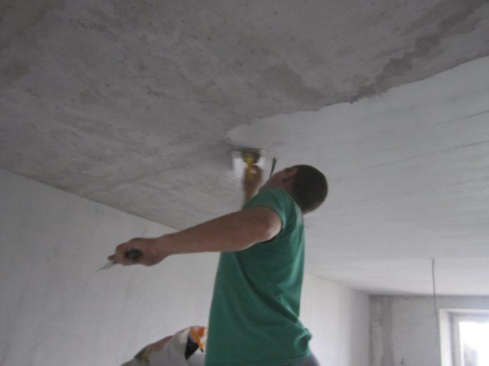 Предварительная шпаклевка улучшит внешний вид потолка