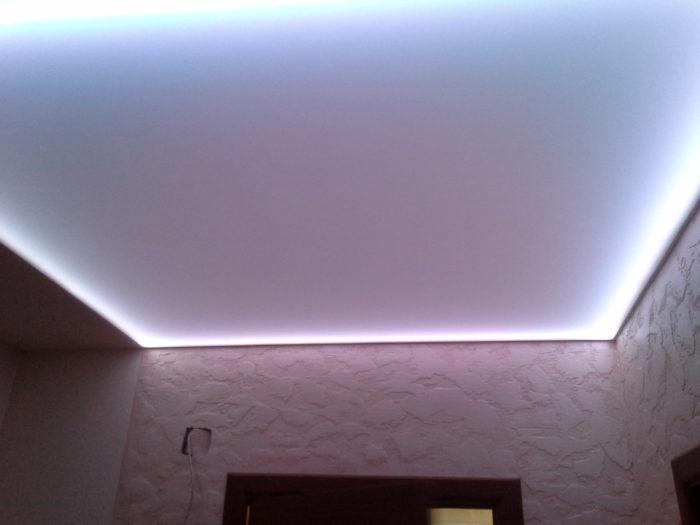 Бесшовный натяжной потолок со светодиодной подсветкой по периметру