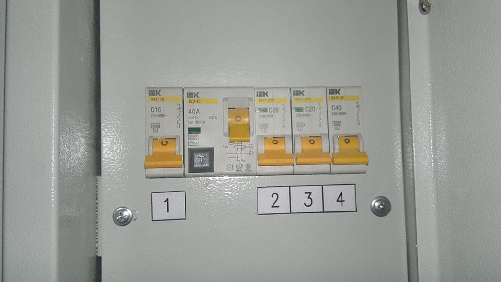 Отключаем электричество в месте установки. Для этого в электрощите, необходимо рычаги автоматических выключателей перевести в состоянии «выкл.», обычно это положение, при котором рычаг направлен вниз.