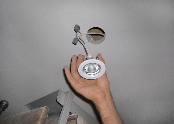 Диаметр отверстия подбирают согласно размерам осветительных приборов. Его размер должен быть на 3-4 мм меньше внешнего диаметра лицевой части светильника, но при этом больше, чем внутренняя часть спота. Поэтому зачастую ширина отверстия колеблется в пределах 60-75 мм.