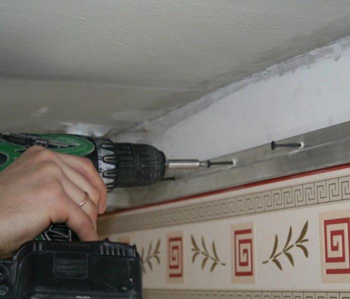 Крепление настенных профилей кассетного потолка
