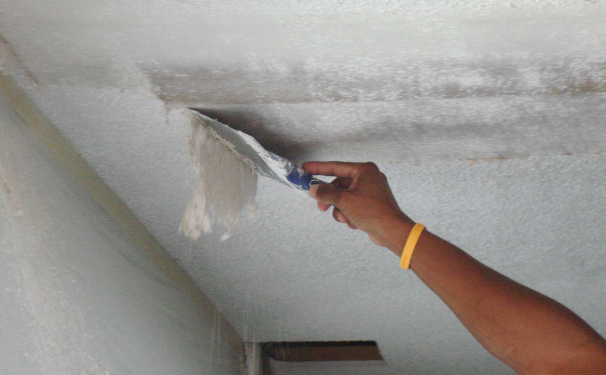 Удаление старой отделки с потолка